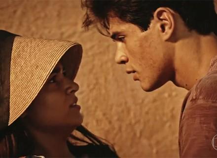 Após beijo, Lucas tenta algo a mais com Olívia