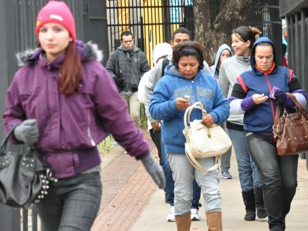 População agasalhada na manhã desta quarta-feira na região central (Foto: Gustavo Arakaki/G1 MS)