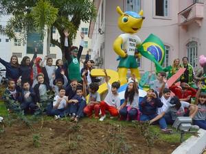 Estudantes posam em frente à escultura com Fuleco em Teresópolis  (Foto: Divulgação/Ascom PMT/Jeferson Hermida)
