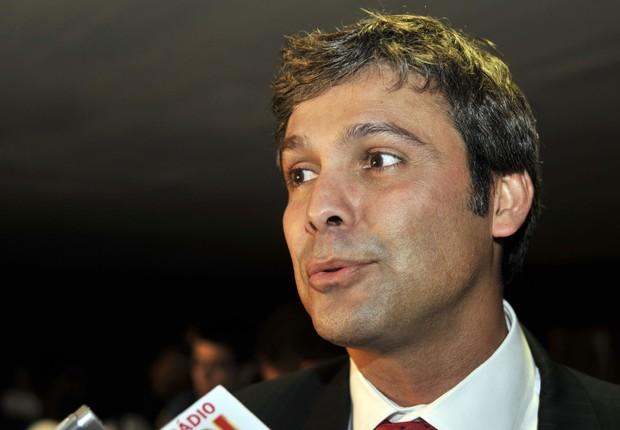O senador Lindbergh Farias (PT-RJ) conversa com jornalistas (Foto: José Cruz/Agência Brasil)