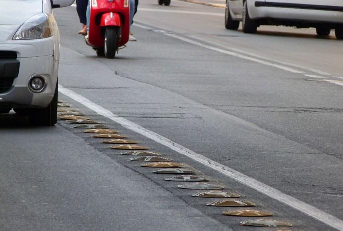 Elementos para separar faixas, em Roma, não são um risco aos motociclistas