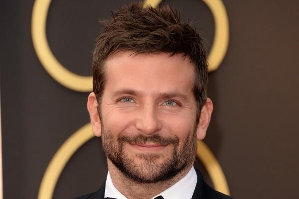 Aos 29 anos Bradley Cooper percebeu que o vício iria acabar com a sua vida. Hoje, 10 anos depois, o ator garante que não chega nem perto de álcool e drogas (Foto: Getty Images)