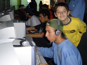 Primeiro contato de FalleN (amarelo) com o jogo foi em lan house: 'Fiz um escândalo' (Foto: Arquivo Pessoal/ Marcelo Sguario)