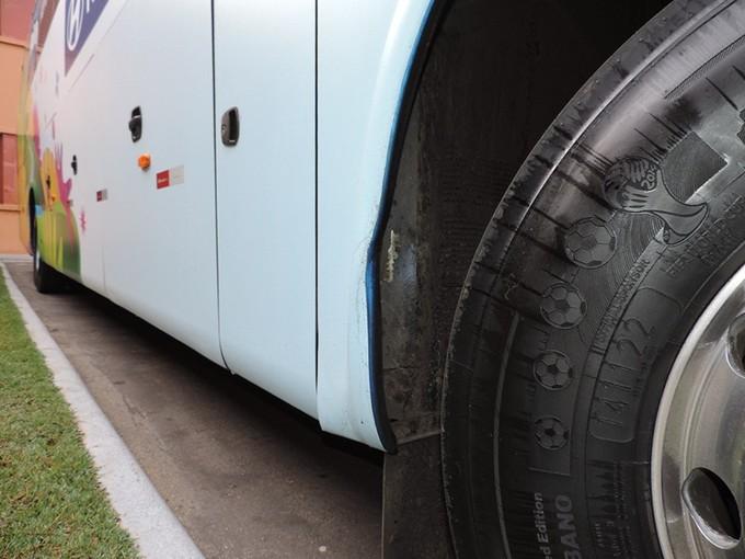 Pneu ônibus Honduras personalizado com logotipo da Copa do Mundo (Foto: Alan Schneider)