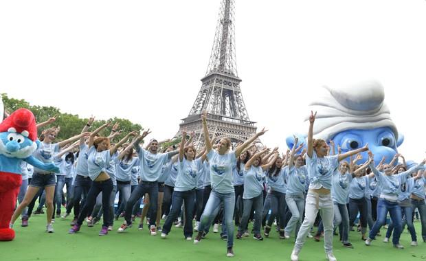 Fãs de Smurfs comemoram 85 anos de nascimento do ilustrador Peyo na França (Foto: AFP PHOTO / MIGUEL MEDINA)