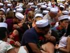 Dezenas de casais recriam célebre cena de beijo na Times Square