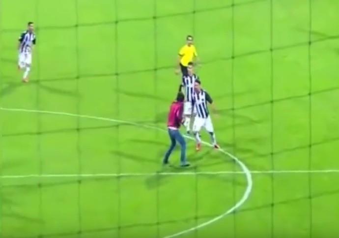 BLOG: Jogador bate em invasor do gramado e acaba expulso na liga do Azerbaijão