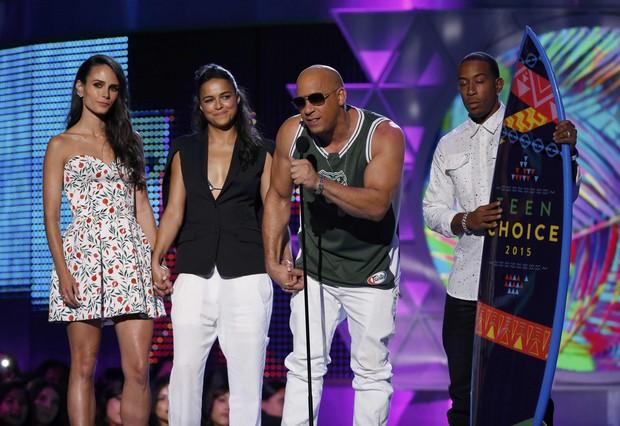 Jordana Brewster, Michelle Rodriguez, Vin Diesel e Ludacris aceitam o prêmio melhor filme de ação por Velozes e furiosos 7 em Los Angeles, nos Estados Unidos (Foto: Mario Anzuoni/ Reuters)