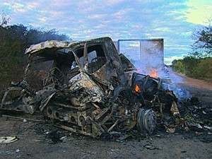 Carros foram incendiados para fechar estradas por onde ladrões fugiram (Foto: Reprodução/TV Cabo Branco)