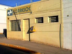 Homens renderam funcionários da agência e roubaram dinheiro do caixa (Foto: TV Verdes Mares/Reprodução)
