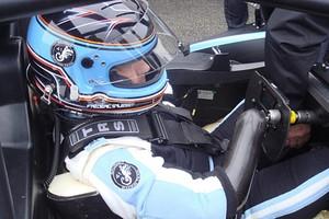 Frédéric Sausset usa protése para controlar volante (Foto: Reprodução/Twitter)
