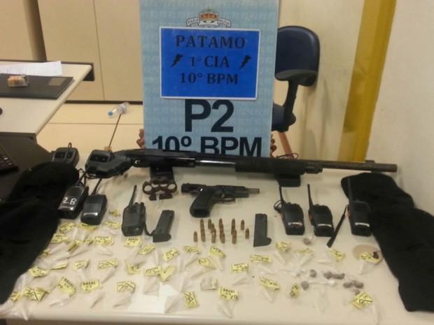 Espingarda, pistola, drogas e o restante do material apreendido com o suspeito (Foto: Divulgação/Polícia Militar)