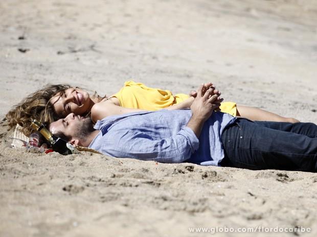 Elenco grava em praia deserta (Foto: Flor do Caribe/TV Globo)