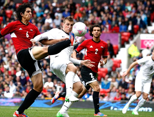 Ahmed Hegazi na partida do Egito contra a Nova Zelândia em Londres (Foto: AP)