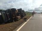 Caminhão carregado com refrigerante tomba na BR-060, em Goiás