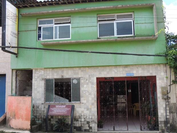 Casa de Arlindo recebeu placa informativa da Prefeitura, mesmo sem ter mais programação (Foto: Vitor Tavares / G1)