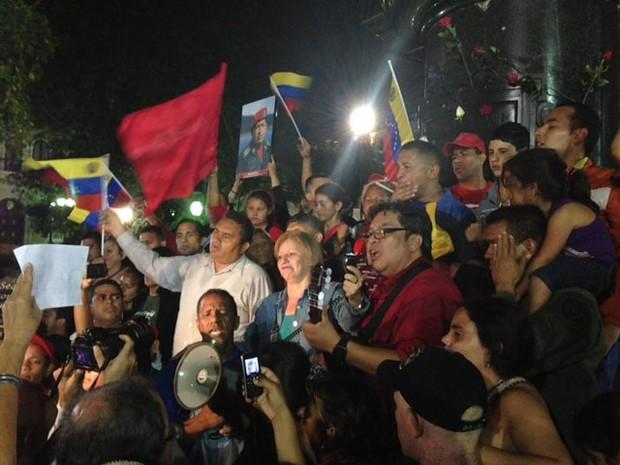Na Praça Bolívar, em Caracas, venezuelanos se reúnem após o anúncio da morte de Hugo Chávez, presidente do país (Foto: Leo Campos/G1)