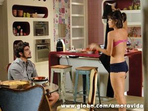 O pagamento é em roupas (Foto: Amor à Vida/ TV Globo)