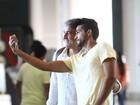 Alexandre Borges faz 'selfie' com fã em aeroporto do Rio