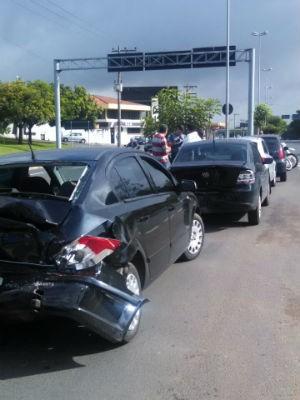 Cinco veículos se envolvem em engavetamento em Sorocaba (Foto: Daniela Golfieri / TV Tem)