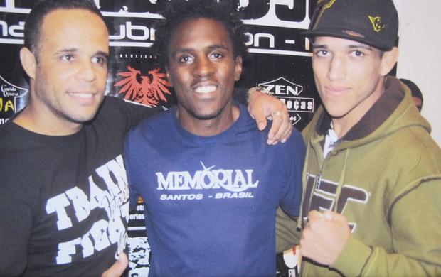 Tom (ao centro) ao lado de Erico e Charles do Bronxx (Foto: Arquivo pessoal)
