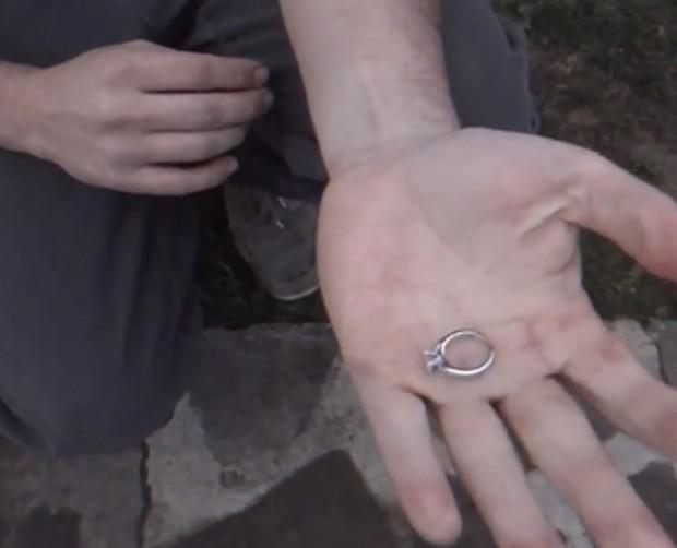Sean fez anel aparecer em sua mão ao pedir para namorada filmá-lo (Foto: Reprodução)