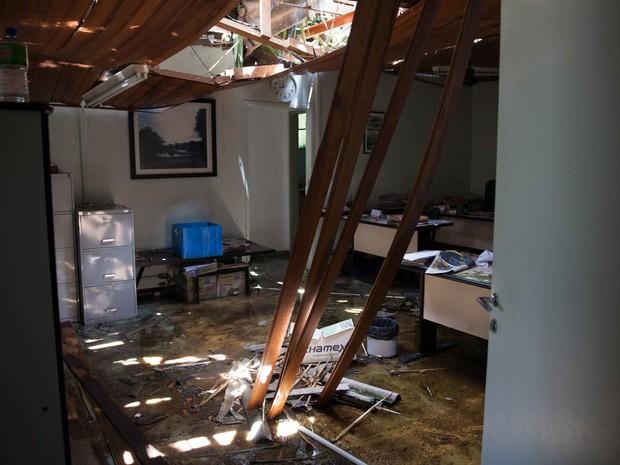 Interior da administração do Parque do Ibirapuera, na Zona Sul de São Paulo, teve o teto destruído por uma árvore que caiu na tempestade (Foto: Fábio Tito/G1)