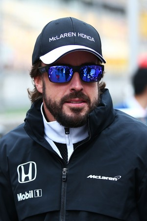 Fernando Alonso no paddock do Circuito de Xangai, palco do GP da China (Foto: AFP)