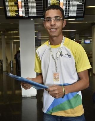 Diego Guilhermino trabalha como agente de viagens em uma empresa que atua no Aeroporto de Vitória (Foto: Carlos Alberto Silva/ A Gazeta)
