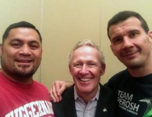 Mark Hunt e Anthony Perosh com diretor do UFC (Foto: Reprodução / Twitter)