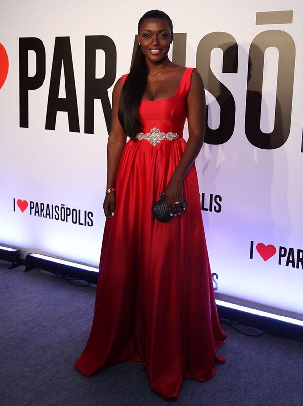 Lesliana Pereira está deslumbrante em um vestido vermelho (Foto: Fabiano Battaglin / Gshow)