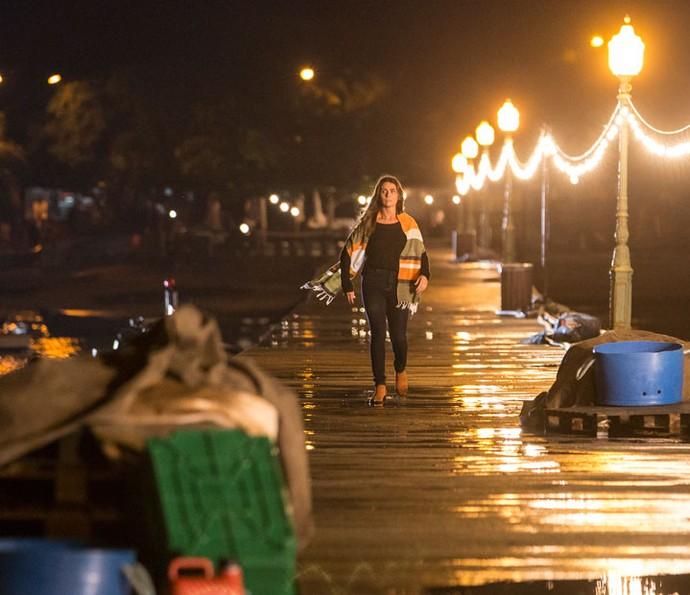 Alice chega no píer antes da explosão (Foto: Felipe Monteiro / Gshow)
