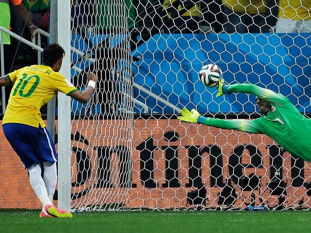 Neymar marca segundo com com pênalti  (Foto: AP Photo/Felipe Dana)