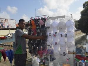 Elielton Almeida, de 16 anos, teve prejuízo de mais de 50% nas vendas (Foto: Dyepeson Martins/G1)