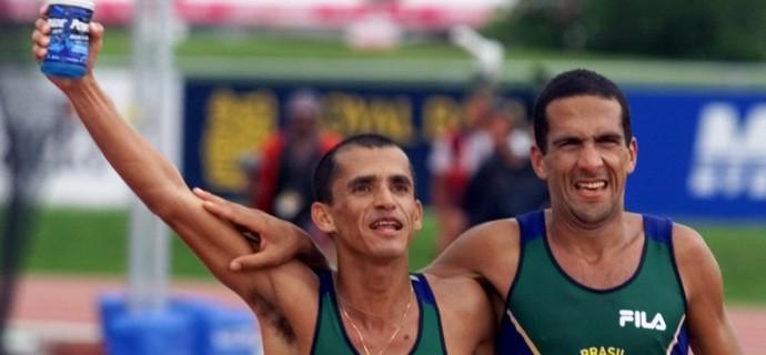 Eder Fialho e Vanderlei Cordeiro Maratona Pan Winnipeg-1999 (Foto: AP)