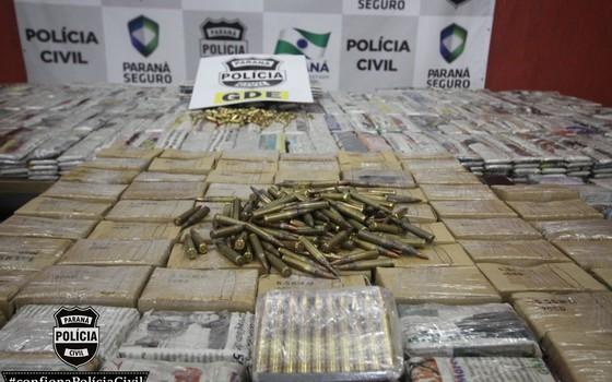 Carregamento de munição de fuzil e pistolas apreendidas pela Polícia Civil do Paraná na região de fronteira com o Paraguaí (Foto: Divulgação/Polícia Civil do Paraná)