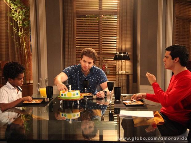 Félix janta com Niko e Jayminho (Foto: Carol Caminha/TV Globo)