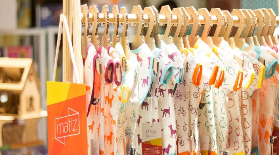 Roupas da marca são coloridas e produzidas com tecidos sustentáveis (Foto: Divulgação)