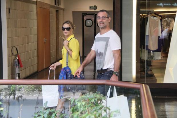 Floriano Peixoto e Christine Fernandes passeiam e brincam com paparazzo (Foto: Daniel Delmiro / Agnews)