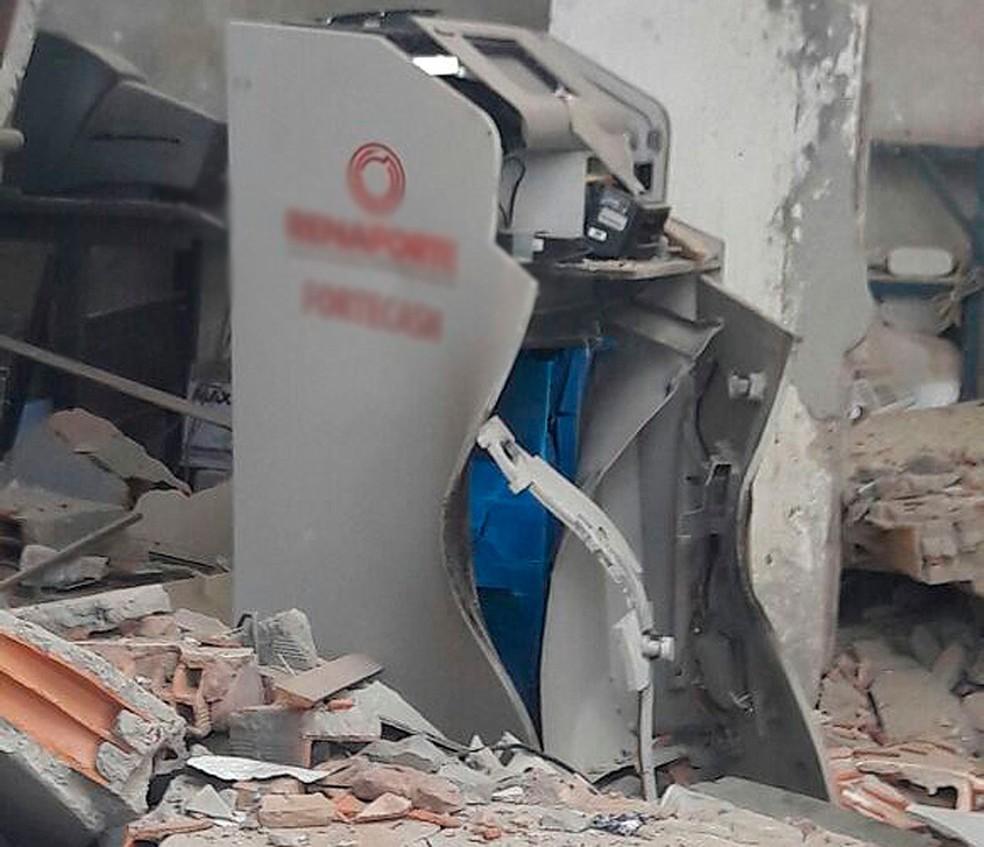 Cofre foi explodido nesta madrugada em posto de combustível localizado na BR-324, em Salvador (Foto: Vanderson Nascimento/ TV Bahia)
