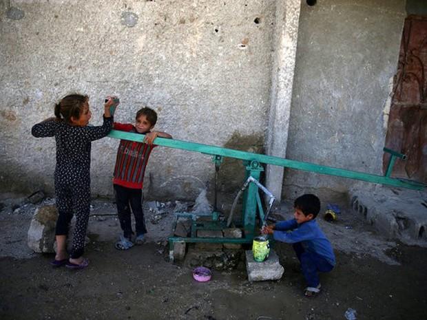 Apesar de avanço, segundo Unicef, ritmo atual manteria 167 milhões de crianças na pobreza (Foto: Bassam Khabieh/Reuters)