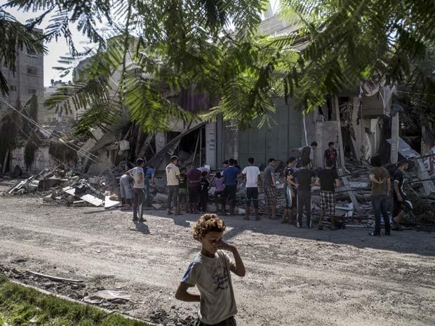 Casa no centro da Faixa de Gaza é atingida por ataque aéreo nesta quinta-feira (31) (Foto: AFP PHOTO/MARCO LONGARI)