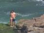 Cauã Reymond e Mariana Goldfarb trocam beijos em dia de praia no Rio