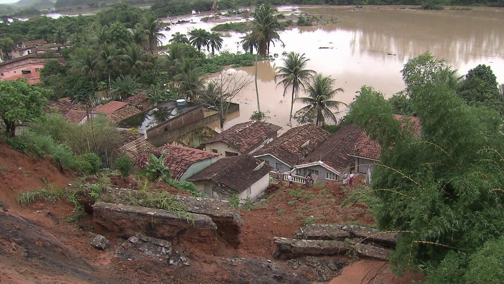 Deslizamento de barreiras preocupa moradores e autoridades do município de Sirinhaém, na Mata Sul de Pernambuco (Foto: Reprodução/TV Globo)