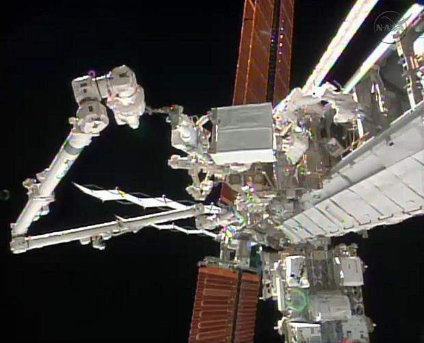Imagem da Nasa mostra a Estação Espacial Internacional (ISS) durante a primeira caminhada espacial dos astronautas Rick Mastracchio e Mile Hopkins para realizar um conserto na parte externa da estação. Uma segunda saída foi feita nesta terça.  (Foto: AFP Photo/HO/Nasa TV)