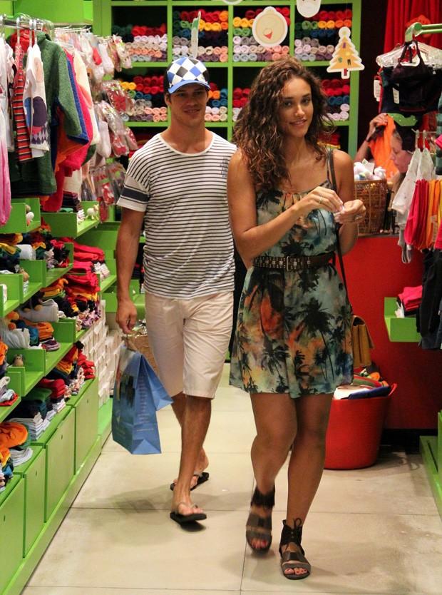 Débora Nascimento e José Loreto em shopping do Rio (Foto: Marcus Pavão / AgNews)