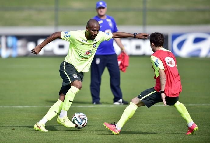 Maicon no treino da Seleção (Foto: Gaspar Nóbrega/VIPCOMM)