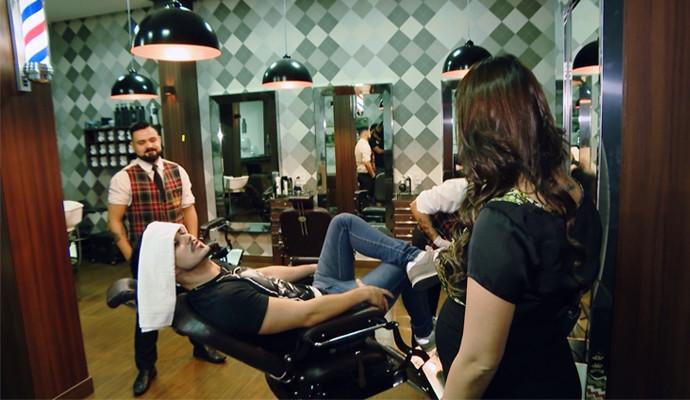 Gabriel Brava cuida do visual em um barbeiro (Foto: Divulgação | Carona)