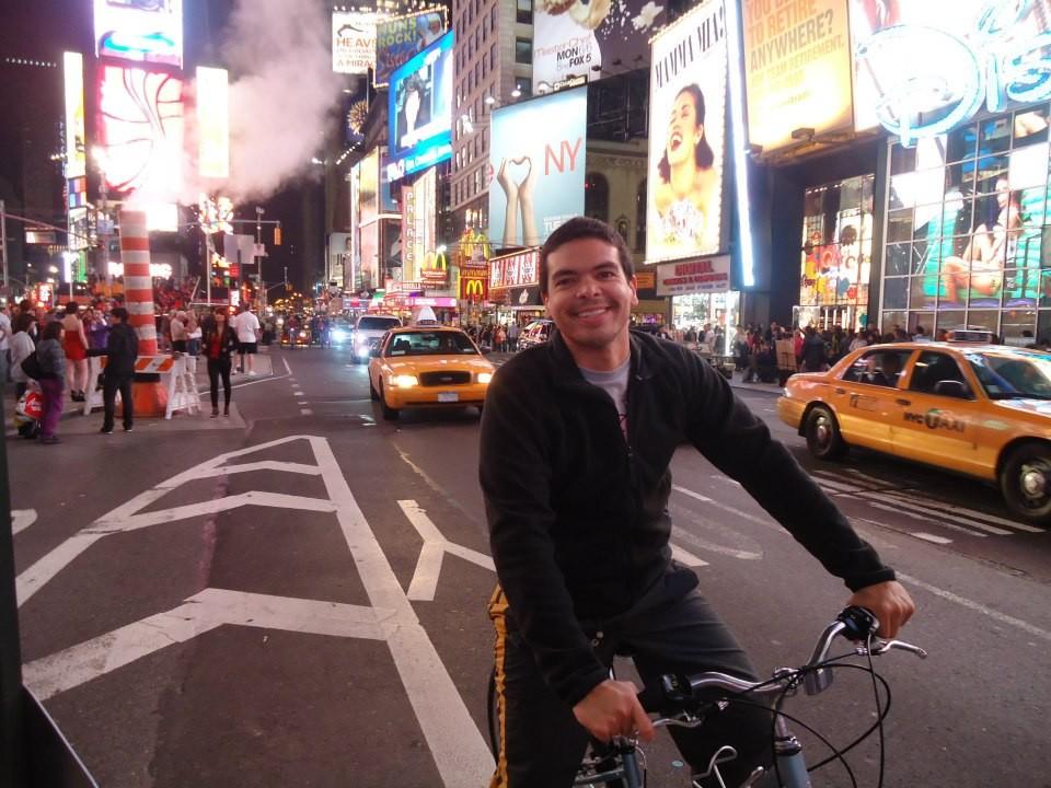 Hildebrando Neto passeando de bicicleta pela cidade (Foto: Arquivo Pessoal)