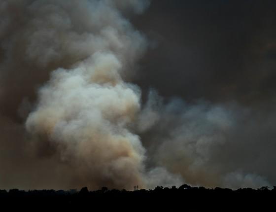 Fumaça de incêndio florestal na Amazônia (Foto: Adam Ronan/Divulgação)